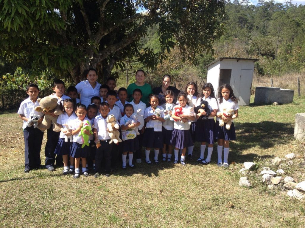 Students with teachers (L to R) Roxana and Iris, San Matías volunteers, with Molular teacher Jessika Matamoros.